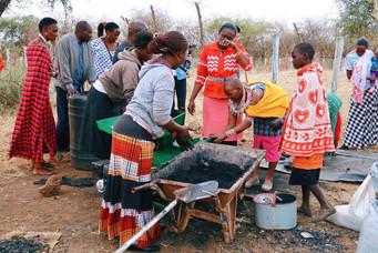 妇女在做可持续木炭.jpg