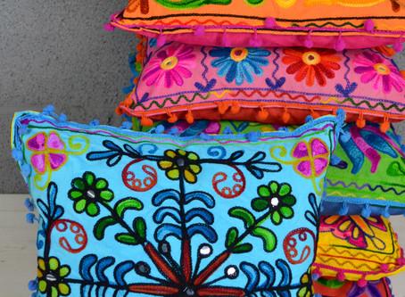 Formas diferentes de usar almofadas na decoração