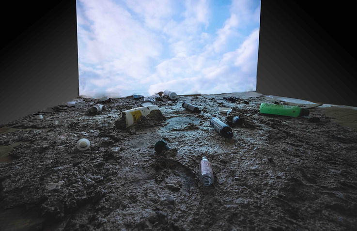 """Installation """"Entre ciel et terre"""" 2, 50 x 2,50 m, papier maché, bouteilles en plastique, retro projecteur, vidéo."""
