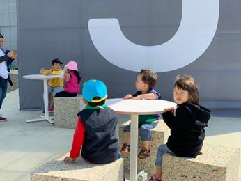 在半開放空間設置傢俱,創造休憩談論的市民聚集地