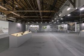 穿越過隧道、映入眼簾的是明亮的大尺度空間,水力發電控制室面板搭配水力發電原理動畫