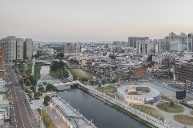 以「圓」作為發想概念,規劃出具穿透式的環狀圓形空間,並保有許多獨立單元空間,象徵每~都是屬於台灣一部分的代表,卻又彼此相依相連,在這城市共融生活、同心推動著城市發展。