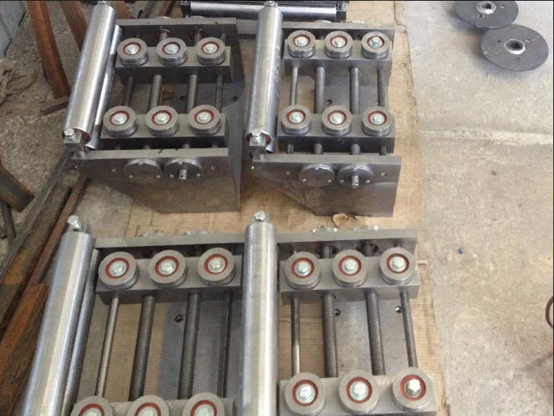 Направляющие агрегата продольной резки металла профилегибочной установки.