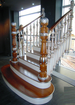 Лестница с резными испанскими балясинами