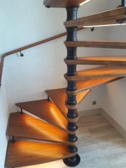 Винтовая лестница с ковкой и подсветкой