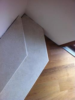 dettaglio gradino in pietra pavimento in legno