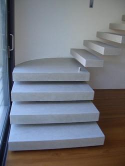 Scala in pietra Grigio Ash e pavimento in legno