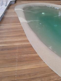 dettaglio piscina quarzo di pietra e legno