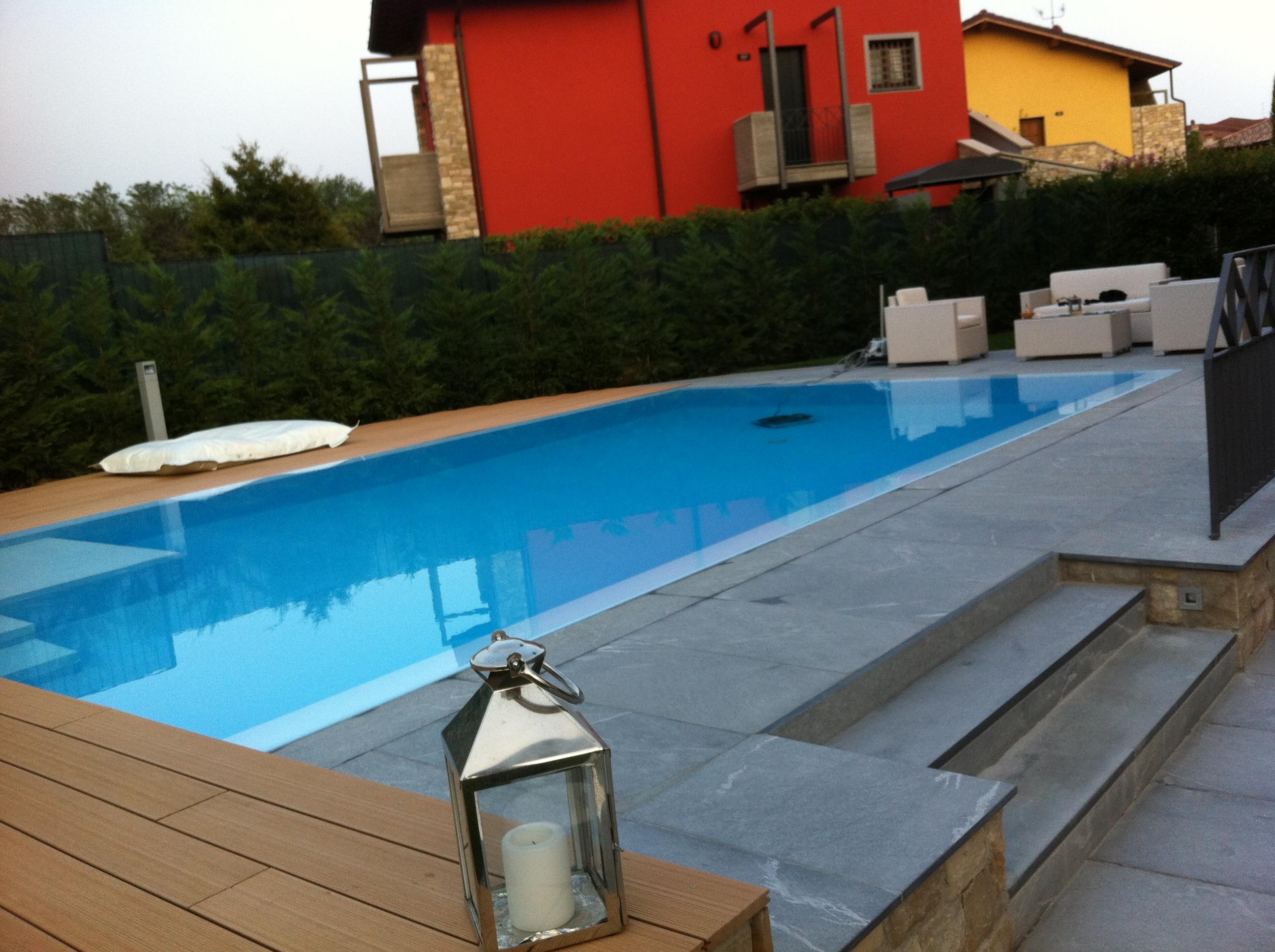 piscina in pietra e legno composito
