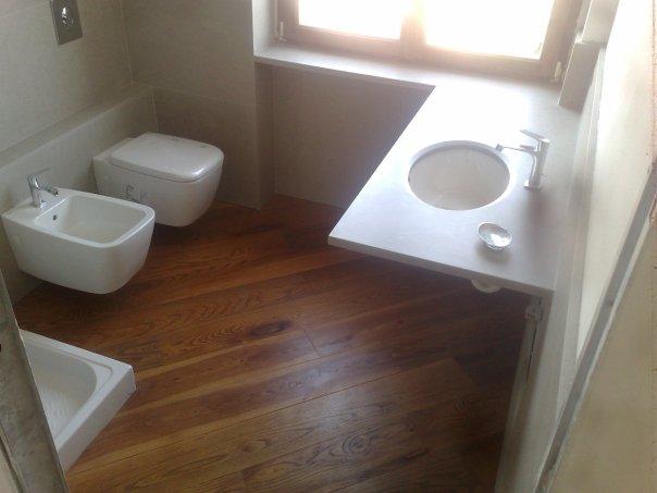 bagno in marmo e pavimenti in legno