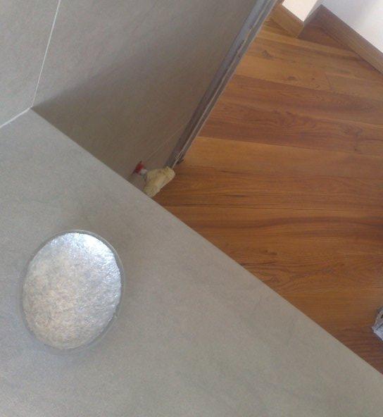 Dettagli piano lavello in pietra e pavimento in legno