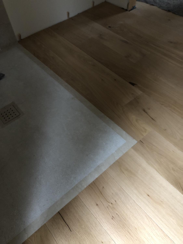 piatto doccia in pietra pavimento in legno a filo