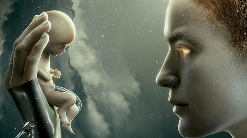 Mãe protagonista da série criado por lobos segurando nas mãos um feto de um bebê encarando ele nos olhos.