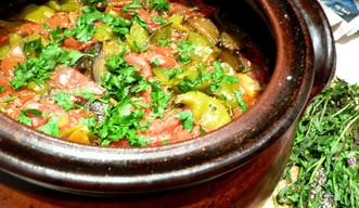 Свинско със зеленчуци в гювеч