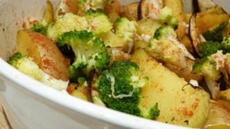 Запечени картофи и броколи на фурна