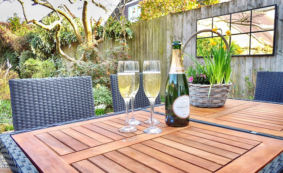 Outdoor dining at Magnolia Cottage at Moreton-in-the-Marsh, Cotswolds Holidays