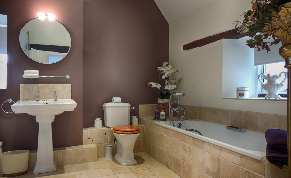 Bathroom in Century House - Cotswold Holidays