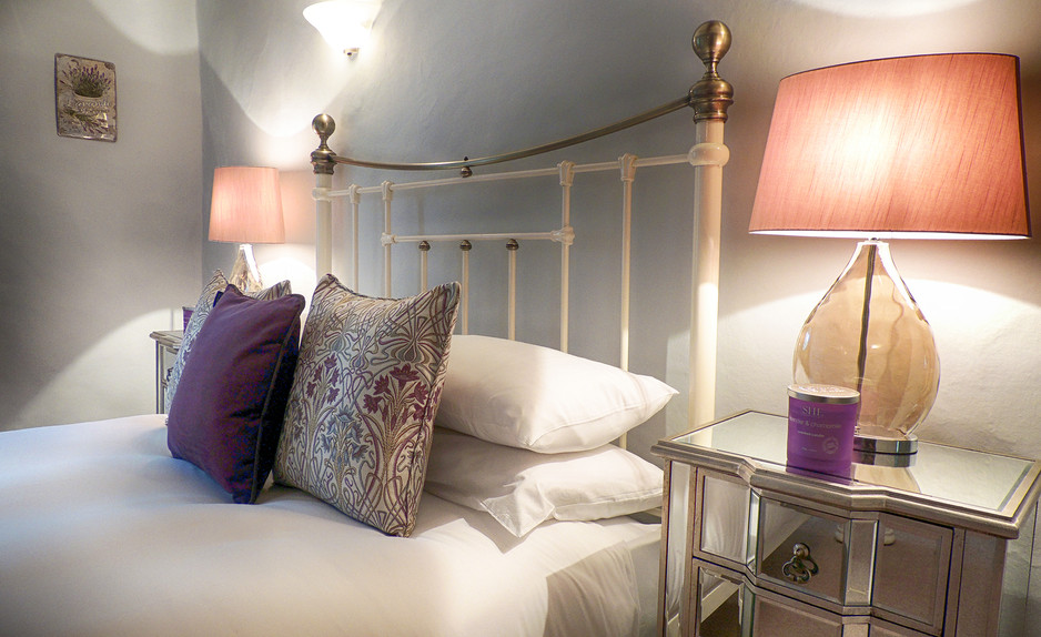 Bedroom in Century House - Cotswold Holidays