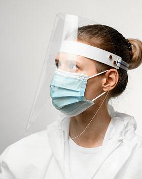 joven-doctora-mascara-medica-escudo-prot