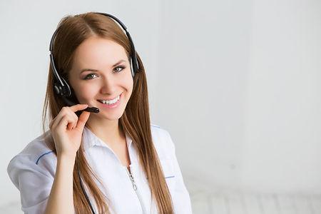 trabajadora-servicio-al-cliente-operador