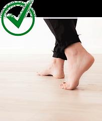 piedi nudi su pavimento di parquet naturale riscaldato