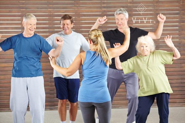 Gruppo di anziani uomini e donne lezione danza benessere