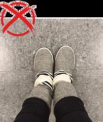 Piedi con calze e ciabatte pesanti per pavimento freddo
