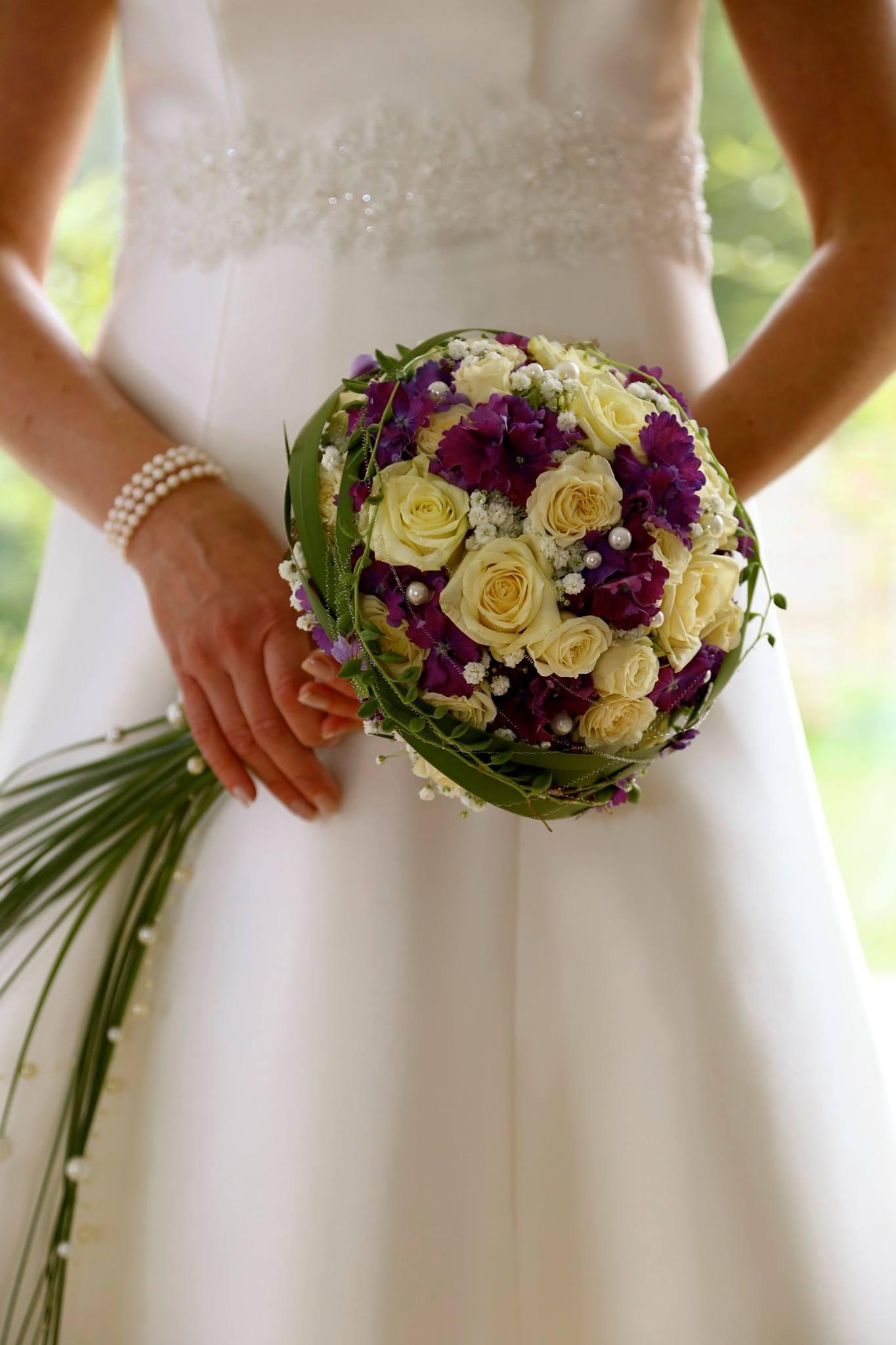 Brautstrauß elegant Perlen Rosen