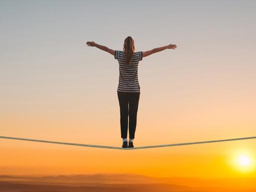 Geschickt balancieren mit Blick zum Horizont