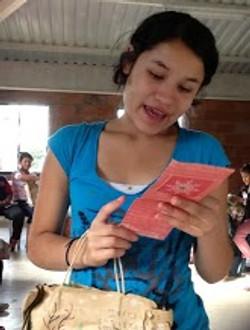 leyendo la tarjeta.JPG