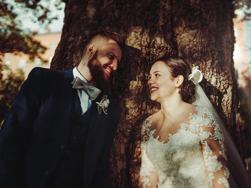 How to Pose for Wedding Photos naturally?