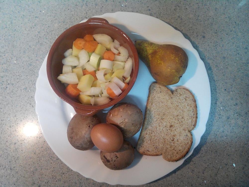Verduras salteadas, revuelto de setas, pera y pan