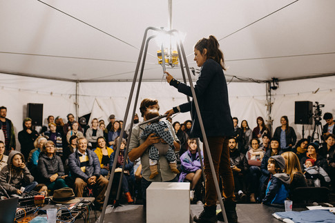 Performance de L'eau du Bain (Anne-Marie Ouellet et Thomas Sinou) en collaboration avec Jeanne et Inès Sinou.