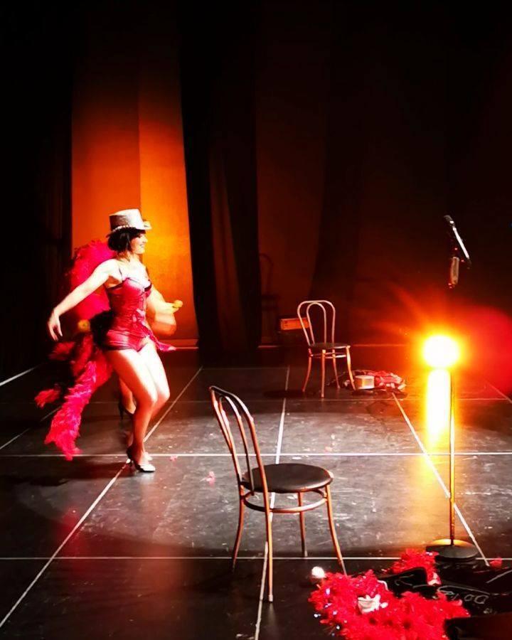 Video Backstage du on stage.. 🤣 #lesfoliesdeberangere #singerlife #artiste #photooftheday #videooftheshow #blackandwhite #strass #plumes #paillettes #glamour #sparklingdiamonds #singers #showgirls #showtime #cabaret #spectacle #dancers #performance #