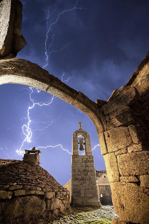Clocher de Tourmente sous l'orage