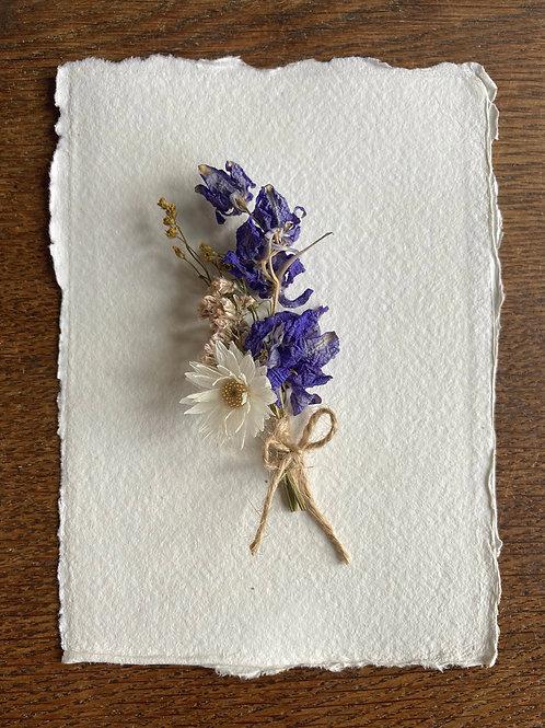 kaart van handgeschept papier met miniboeketje droogbloemen