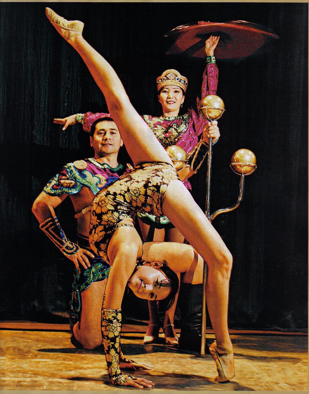 Aruna e seus pais durante uma apresentação no Circo Beto Carrero
