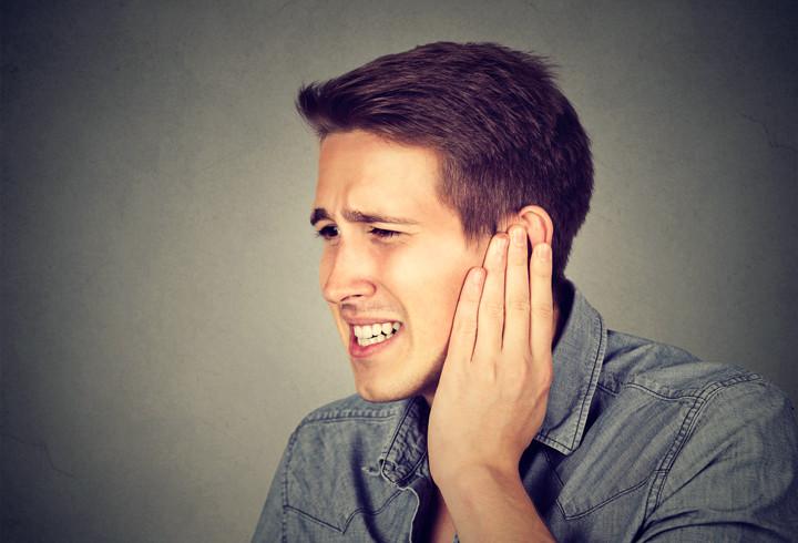 Tinnitus man oorsuizen pijn blijvende toon