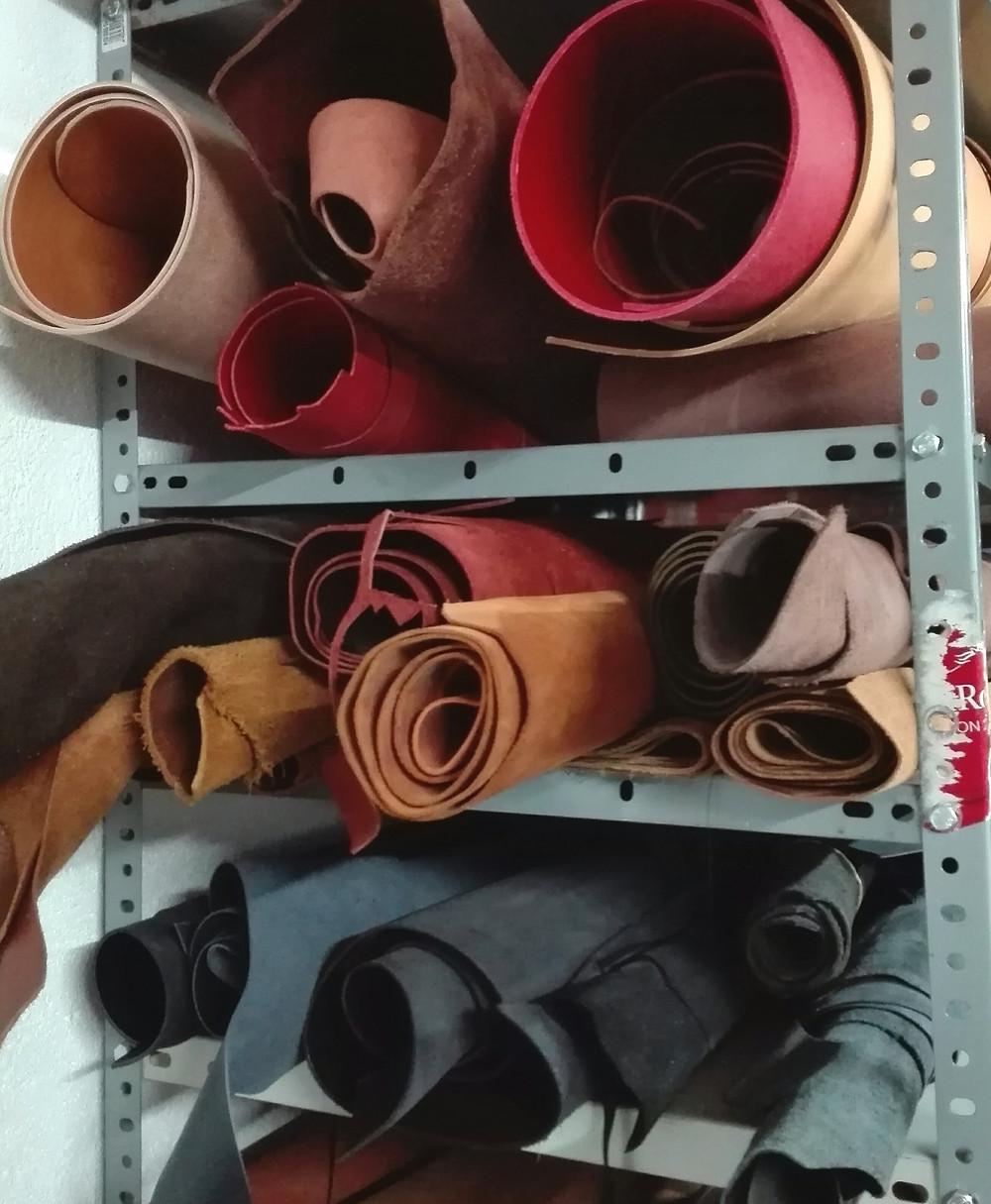 Pieles de diversos tipos almacenados en nuestro taller SG1964, en Segovia. Usadas para fabricar bolsos hechos a mano por nosotros. Trabajo artesanal.