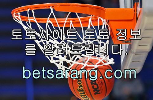 © 제공: 연합뉴스  필 미컬슨(왼쪽)와 타이거 우즈. [로이터=연합뉴스]