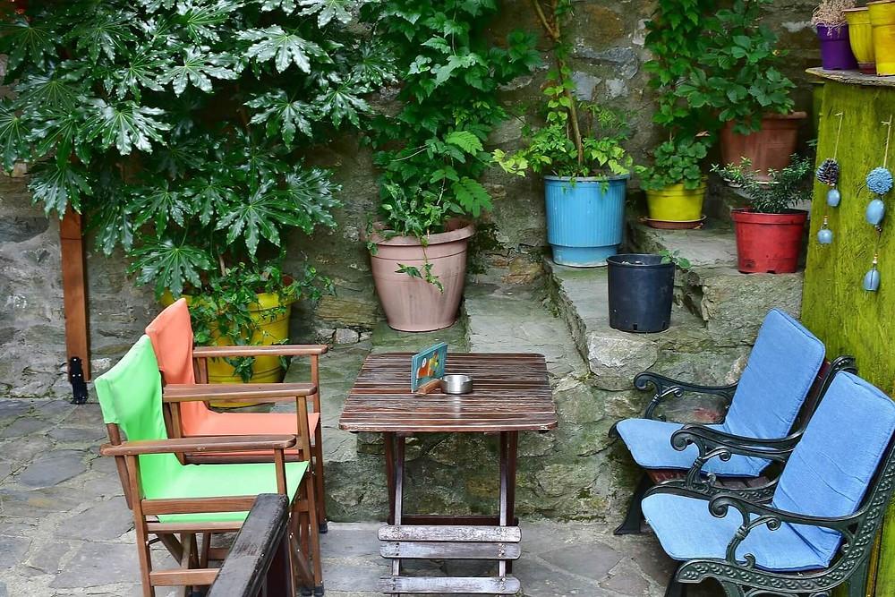 greek-village-cafe-colourful-pots