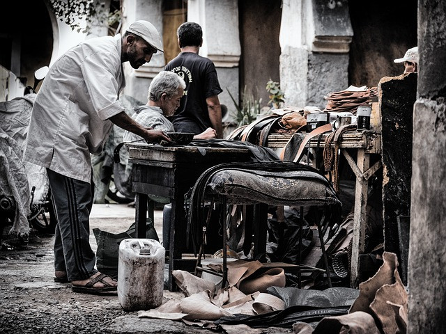 traditional-leather-workers-marrakech-black-and-white-photo