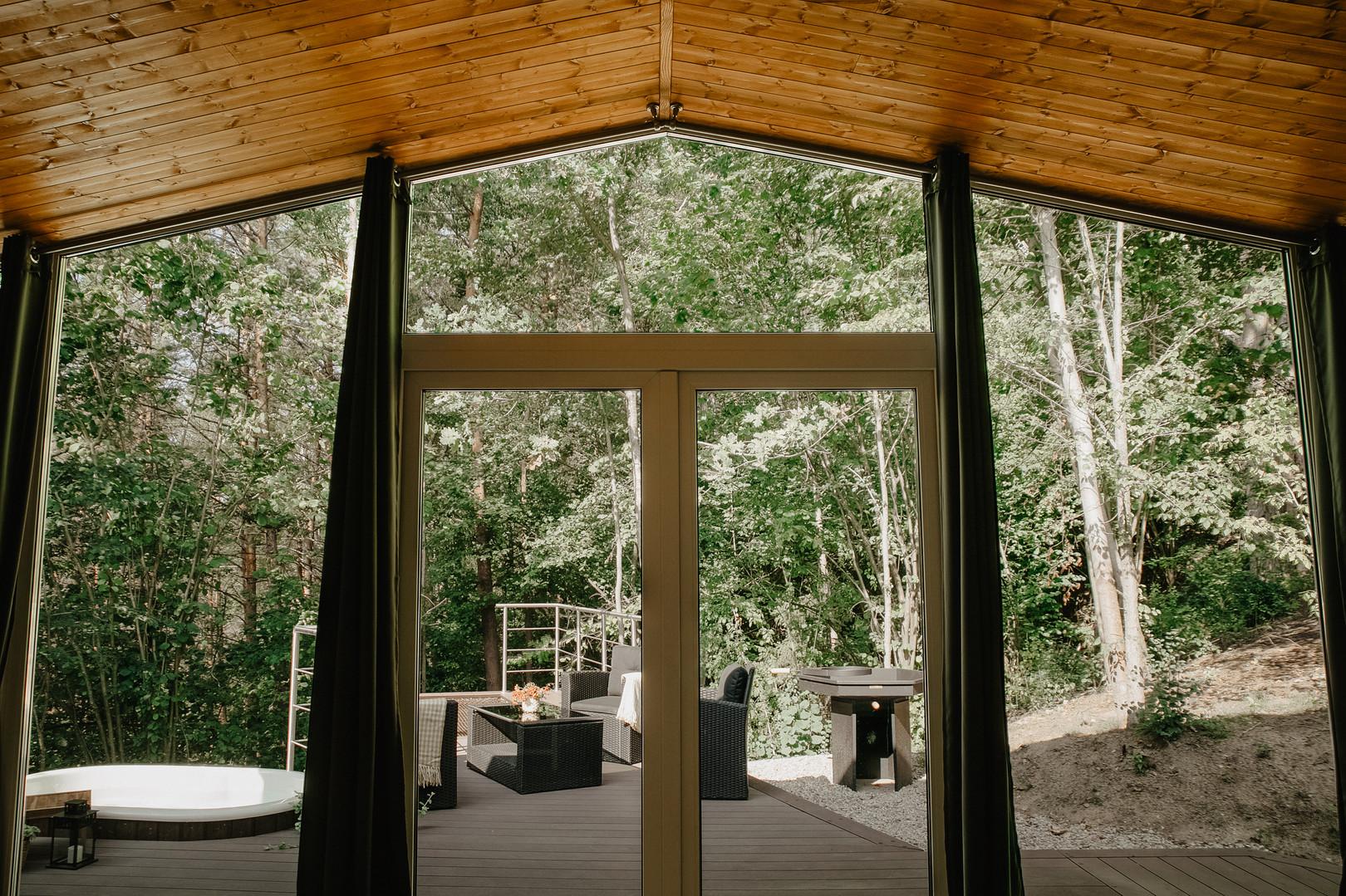 Atokampio vakarinis namelis - vaizdas pro langą