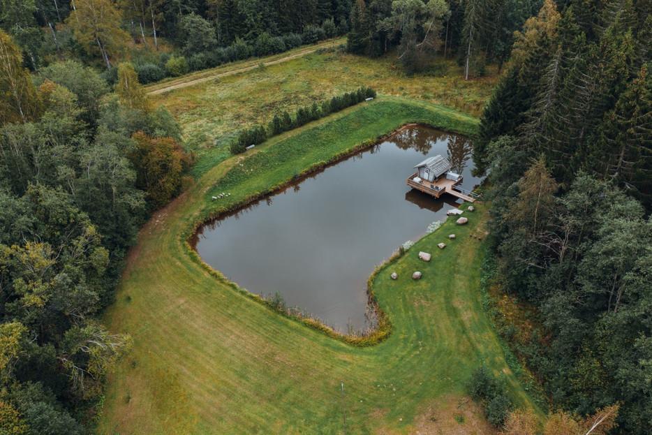 Miško rojaus namelis virš vandens - iš aukštai
