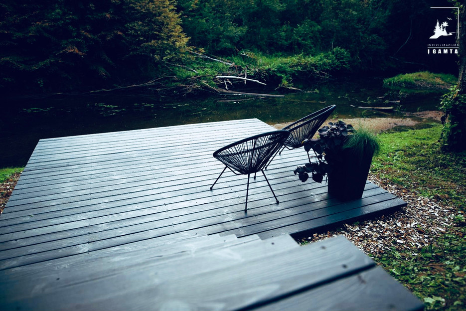 Iš civilizacijos į gamtą terasa prie upės