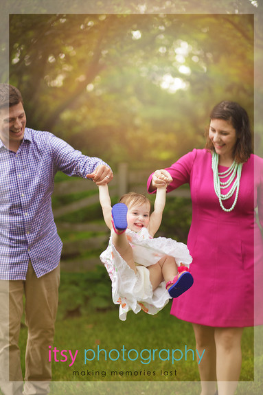Family photographer, baby photographer, girl, out door, rainy day, mom and dad, family