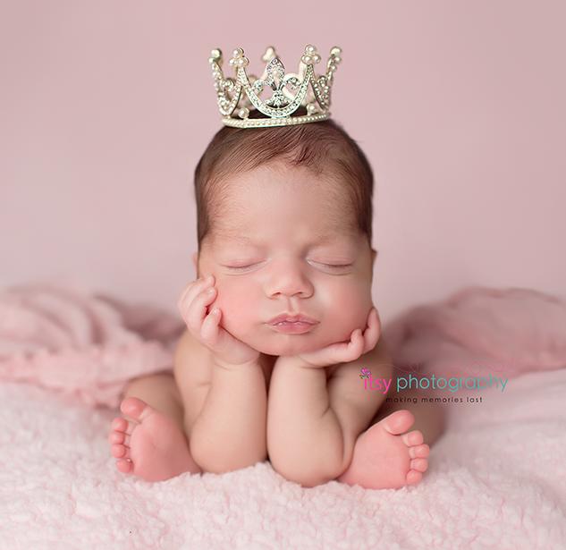 3G2B0940 froggy pose princess newborn gi