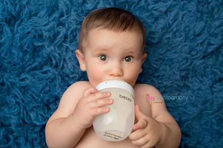 baby photographer, blue flokati, one year old boy, brezza, baby bottle,