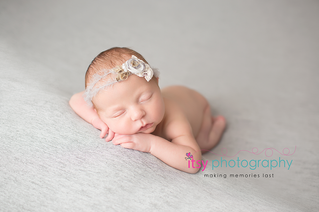 Newborn photographer, baby photography, infant photography, newborn girl, grey backdrop, details, headband, head on hands pose, newborn posing ideas, floral headband