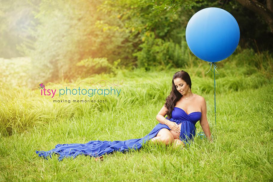 newborn photographer, Maternity photographer, blue maternity dress, outdoors, blue balloons, white balloons, dress throwing